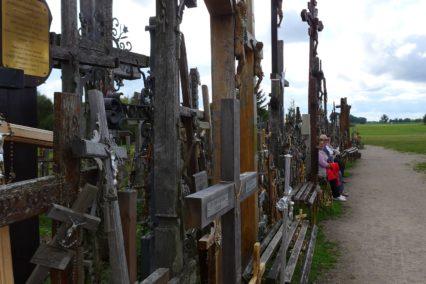 baltische-staten-litouwen-hill-of-crosses-bankje-tiara-tours
