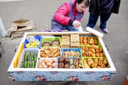 rusland-baboeschka-biedt-eten-aan-tiara-tours
